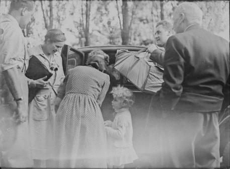 vintage family pic at car trunk Annie Spratt